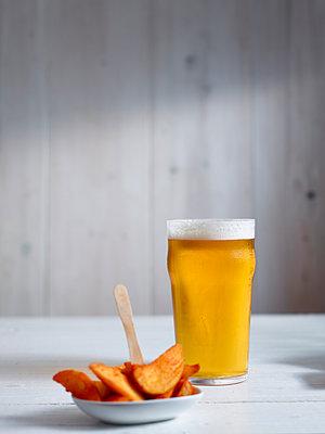 Pint helles Bier mit Snack - p897m1185171 von MICK