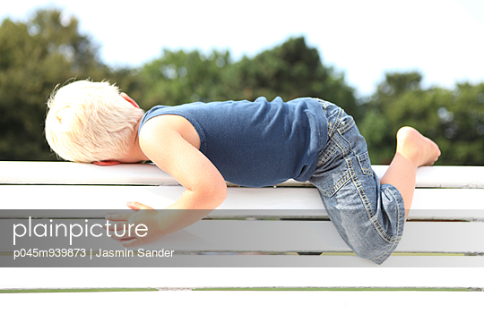 Little boy in summer - p045m939873 by Jasmin Sander