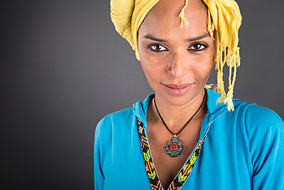 Moroccan woman in tradtional outfit smiling at camera - p1619m2191636 by Laurent MOULAGER