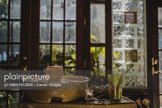 plainpicture | Photo library for authentic images - plainpicture p1166m1513000 - Manufactured object on pott... - plainpicture/Cavan Images