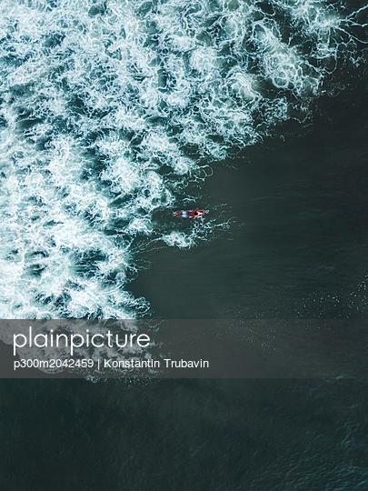 Indonesia, Bali, Aerial view of surfer - p300m2042459 von Konstantin Trubavin