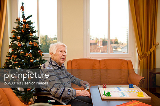 Senioren beim Brettspiel  - p6430163 von senior images