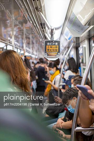 China, Shanghai, Menschen in der U-Bahn - p817m2204198 von Daniel K Schweitzer