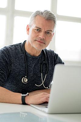 Arzt arbeitet am Computer - p1212m1538020 von harry + lidy