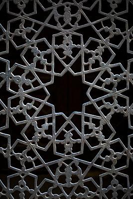 Fenster mit Ornament aus Metall - p1325m1333105 von Antje Solveig
