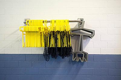 Kleiderbügel im Schwimmbad - p4700059 von Ingrid Michel