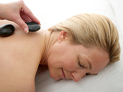 Frau bei der Hot Stone Behandlung  - p6430130 von senior images