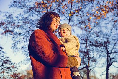Herbstspaziergang, Mutter mit Kind - p904m1193456 von Stefanie Päffgen