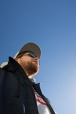 Mann mit Sonnenbrille und Basecap - p930m1222004 von Phillip Gätz