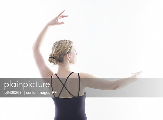 Frau beim Ballett  - p6430269f von senior images RF