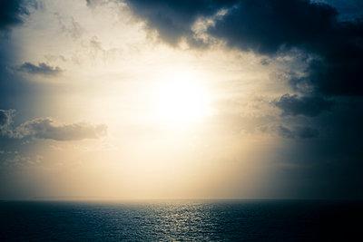 Dramatischer Himmel über dem Meer - p1057m2008600 von Stephen Shepherd