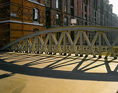 Sandbrücke in Hamburger Speicherstadt - p1501m2026539 von Alexander Sommer