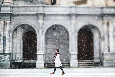 Young woman in front of the Christian Science Centre, Boston, Massachusetts, USA - p924m1174886 by Lena Mirisola