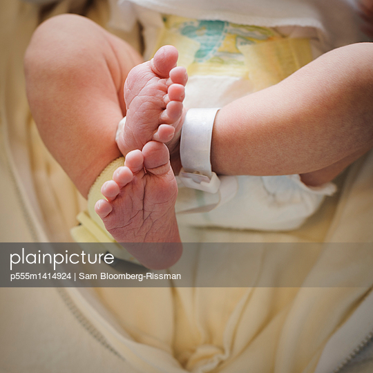 Close up of feet of mixed race newborn baby - p555m1414924 by Sam Bloomberg-Rissman