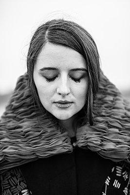 Portrait einer jungen Frau - p1422m1491845 von Vivian Rutsch