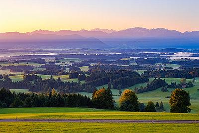 Germany, Bavaria, Upper Bavaria, Allgaeu, Pfaffenwinkel, View from Auerberg near Bernbeuren, Ammergau Alps and Zugspitze - p300m1535815 by Martin Siepmann
