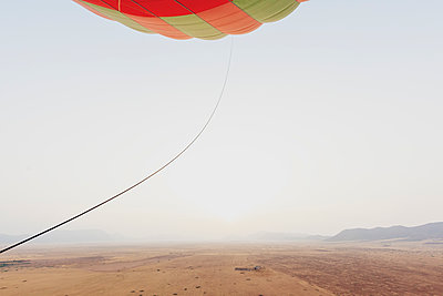 Morocco, view from air balloon at desert and Jbilet mountains - p300m2030023 von Michael Malorny