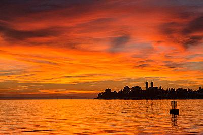 Germany, Baden-Wuerttemberg, Friedrichshafen, Lake Constance, Castle Church at sunset - p300m2082999 von Holger Spiering