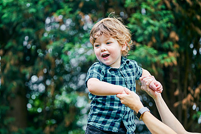 Mother playing with toddler in park - p429m2164956 by GS Visuals