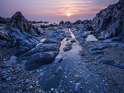 Sunset looking out to sea from Combesgate Beach near Woolacombe, Devon, England, United Kingdom - p871m2114161 by Baxter Bradford
