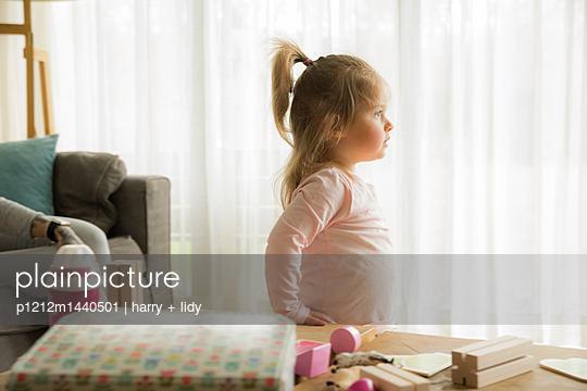 Kleines Mädchen im Wohnzimmer - p1212m1440501 von harry + lidy