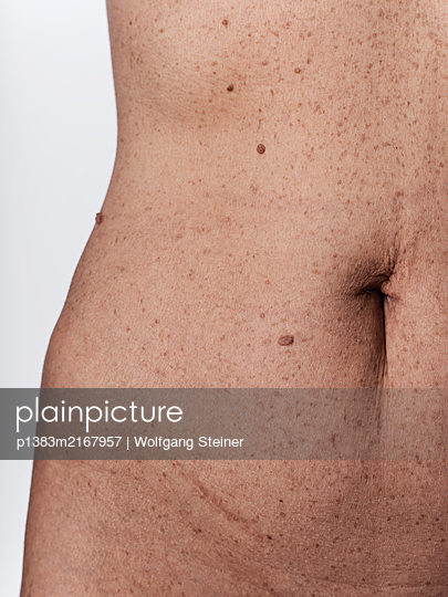 Close-up of a woman's hip and waist - p1383m2167957 by Wolfgang Steiner