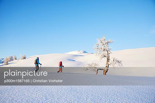 Austria, Tyrol, couple snowshoeing - p300m1587165 von Christian Vorhofer