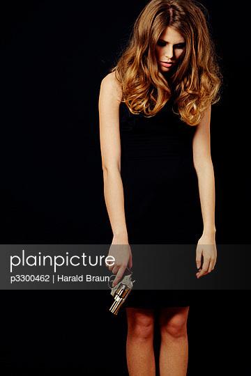 Frau mit Revolver - p3300462 von Harald Braun