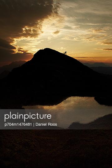 Mountainbiker im Sonnenuntergang - p704m1476481 von Daniel Roos
