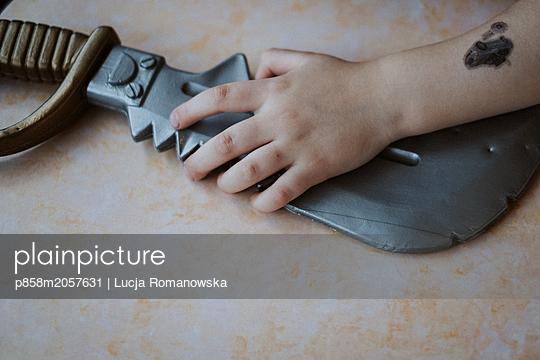 Schwert und Hand - p858m2057631 von Lucja Romanowska