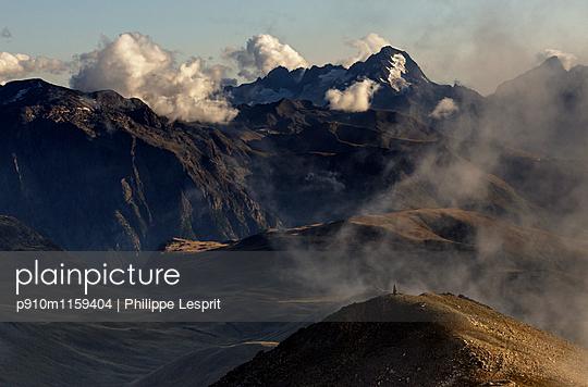 Plateau d'Emparis Gebirgszug im Nebel - p910m1159404 von Philippe Lesprit