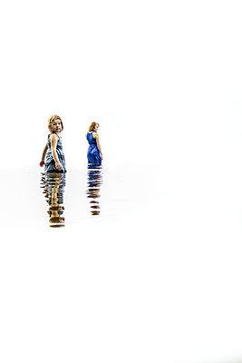 Mutter und Tochter im flachen Wasser - p1019m1496297 von Stephen Carroll