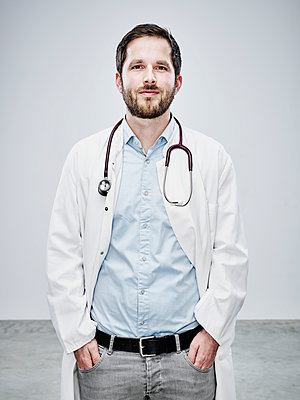 Male doctor wearing smock - p1312m1514853 by Axel Killian