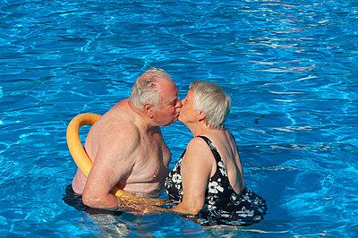 Paar im Schwimmbad - p427m972701 von Ralf Mohr