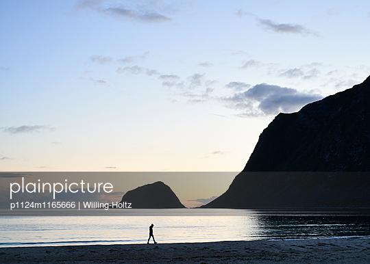 Frau spaziert am Strand bei Nacht - p1124m1165666 von Willing-Holtz