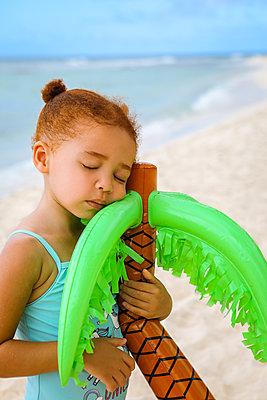 Schlafen mit Plastikpalme im Arm - p045m2163918 von Jasmin Sander