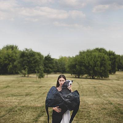 Frau mit großem Vogel - p1414m1481010 von Dasha Pears