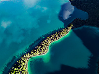 Farbenspiel am Muncho Lake in Kanada - p1455m2185537 von Ingmar Wein