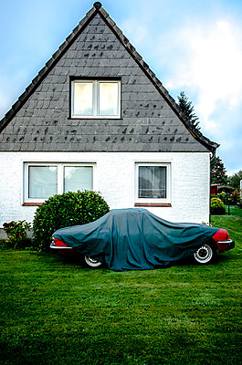 Car under tarpaulin - p1523m2064358 by Nic Fey