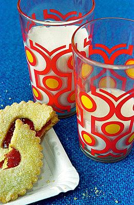 Milchgläser und Kekse - p1650148 von Andrea Schoenrock