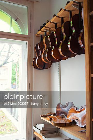 Geigen in der Werkstatt - p1212m1203357 von harry + lidy