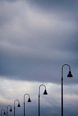 Laternenreihe vor Wolkenfront - p1443m1503254 von SIMON SPITZNAGEL