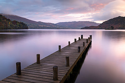 Wooden jetty on the shores of Ullswater at sunrise, Lake District National Park, UNESCO World Heritage Site, Cumbria, England, United Kingdom, Europe - p871m2209477 by Adam Burton