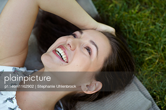 liegende junge Frau - p1146m1162902 von Stephanie Uhlenbrock