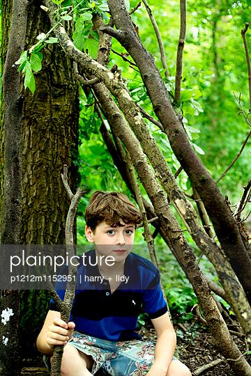 Junge mit einem Ast im Wald - p1212m1152951 von harry + lidy