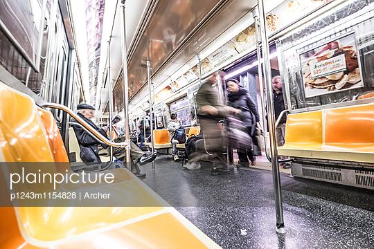 Fahren in der U-Bahn - p1243m1154828 von Archer