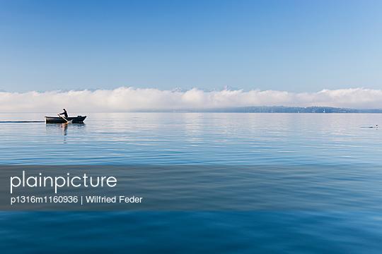 Mann in einem Ruderboot auf dem Starnberger See, Alpen mit Zugspitze im Morgennebel, Berg, Oberbayern, Bayern, Deutschland - p1316m1160936 von Wilfried Feder