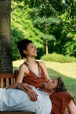 Paar auf der runden Gartenbank - p1212m1159048 von harry + lidy