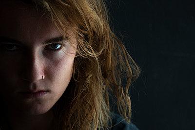 Junge Frau mit wildem Blick - p1650m2231833 von Hanna Sachau