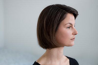 Junge Frau mit braunem Haar - p552m1219018 von Leander Hopf